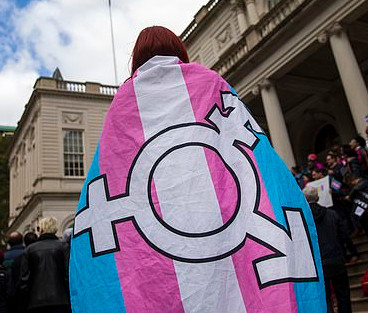 personne avec drapeau trans